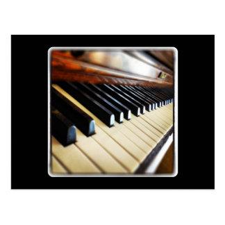 Llaves del piano en la postal negra