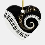 Llaves del piano y notas de la música del oro adorno de cerámica en forma de corazón