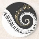 Llaves del piano y notas de la música del oro posavasos diseño