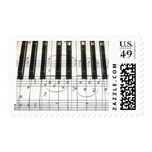 Llaves del piano y notas de la música envio