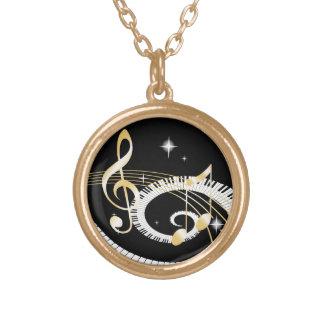 Llaves del piano y notas de oro de la música colgante redondo