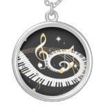 Llaves del piano y notas de oro de la música colgantes