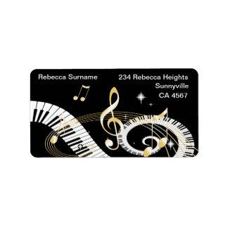 Llaves del piano y notas de oro de la música etiqueta de dirección