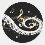 Llaves del piano y notas de oro de la música etiqueta redonda