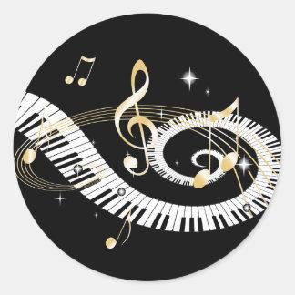 Llaves del piano y notas de oro de la música pegatina redonda