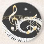 Llaves del piano y notas de oro de la música posavaso para bebida