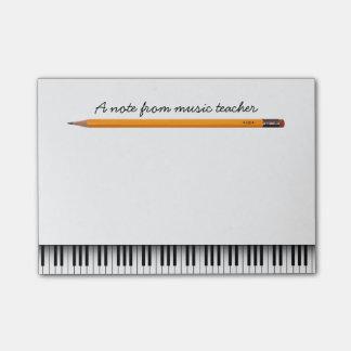 Llaves del piano y profesor de música del lápiz post-it® notas