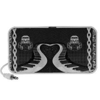 Llaves en forma de corazón encadenadas del piano c laptop altavoz