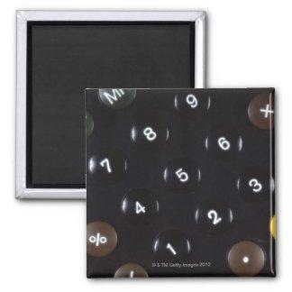 Llaves en una calculadora iman de nevera