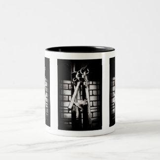 Llaves maestras y pared de ladrillo taza de café