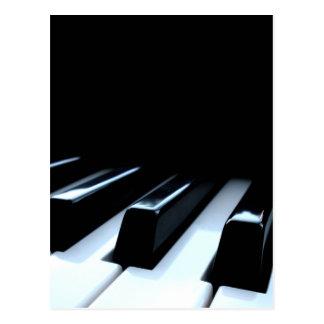 Llaves negras y blancas del piano postal