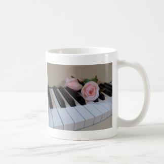 Llaves rosadas del pétalo taza de café