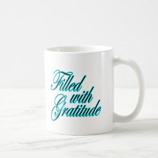 Llenado de la taza perfecta del regalo de la