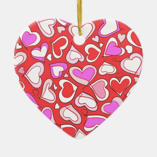 Llenado de los corazones y del amor adorno de cerámica en forma de corazón