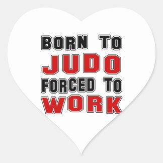 Llevado al judo forzado para trabajar pegatina en forma de corazón