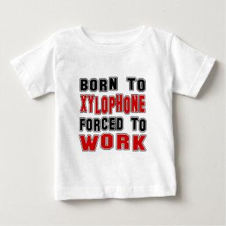 Llevado al xilófono forzado para trabajar camisetas