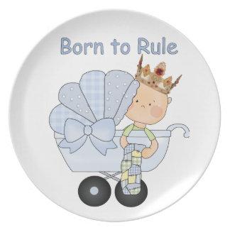 Llevado gobernar al príncipe del bebé con la coron plato de comida