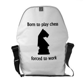Llevado jugar al ajedrez forzado para trabajar bolsas de mensajería