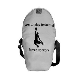 Llevado jugar al baloncesto forzado para trabajar bolsa de mensajería