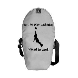 Llevado jugar al baloncesto forzado para trabajar bolsa de mensajeria