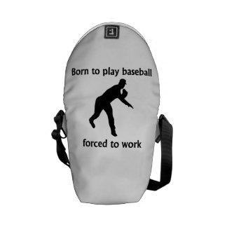 Llevado jugar al béisbol forzado para trabajar bolsa de mensajería
