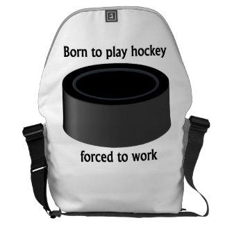 Llevado jugar al hockey forzado para trabajar bolsas de mensajeria