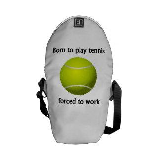 Llevado jugar al tenis forzado para trabajar bolsa de mensajeria