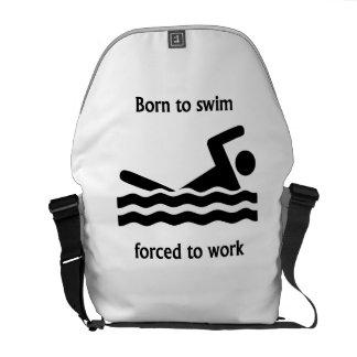 Llevado nadar forzado para trabajar bolsas de mensajería