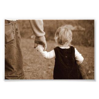 Llevar a cabo la mano del papá cojinete