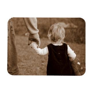 Llevar a cabo la mano del papá imán flexible