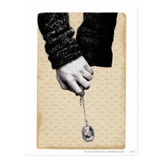 Llevar a cabo las manos con Horcrux Tarjeta Postal