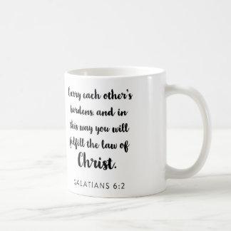 Lleve la taza de cada uno de las cargas