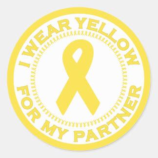 Llevo el amarillo para mi socio pegatina redonda