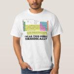 Llevo esta tabla periódica de la camisa