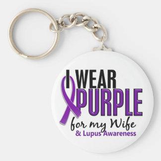 Llevo la púrpura para mi lupus de la esposa 10 llavero redondo tipo pin