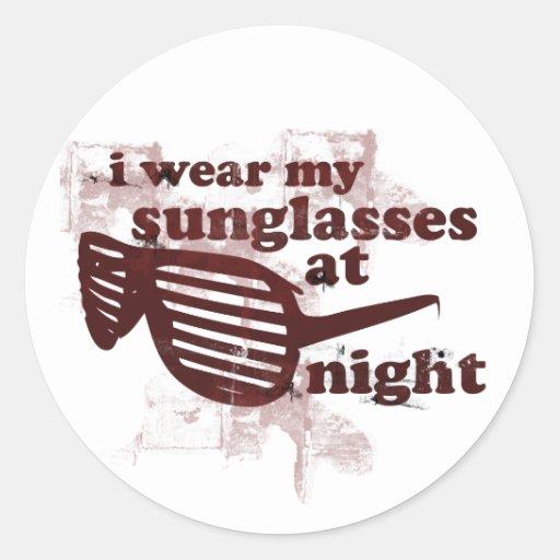 Llevo mis gafas de sol en la noche etiqueta redonda
