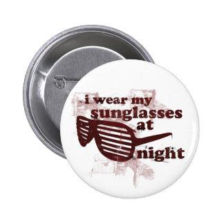 Llevo mis gafas de sol en la noche pin redondo 5 cm