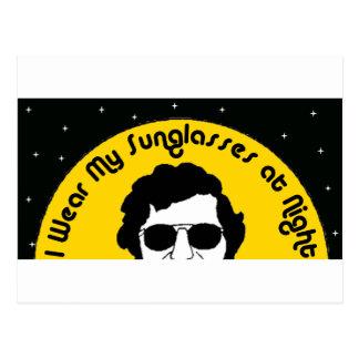 Llevo mis gafas de sol en la noche tarjetas postales