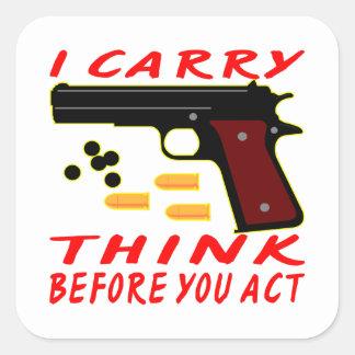 Llevo un arma pienso antes de que usted actúe pegatina cuadrada