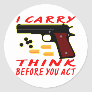Llevo un arma pienso antes de que usted actúe pegatina redonda