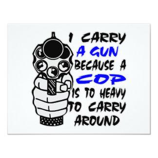 Llevo un arma porque un poli es demasiado pesado invitación 10,8 x 13,9 cm