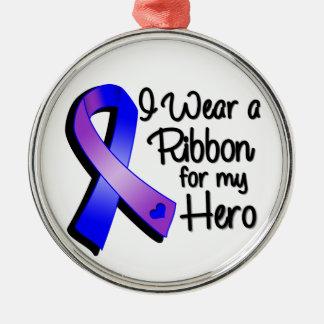 Llevo una cinta azul y púrpura para mi héroe adorno navideño redondo de metal