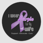 Llevo una cinta púrpura para mi esposa pegatina redonda