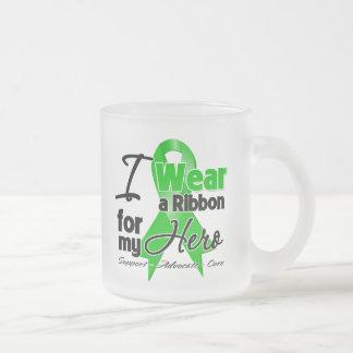 Llevo una cinta verde para mi héroe tazas de café