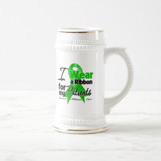 Llevo una cinta verde para mis pacientes jarra de cerveza