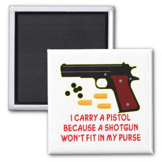 Llevo una pistola que una escopeta no cabrá en mi  imán cuadrado