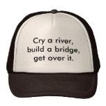 Llora un río, construye un puente, consigue sobre  gorros