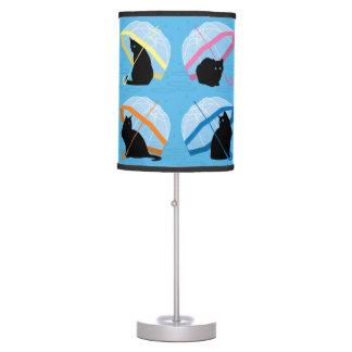 Lloviendo lámpara de mesa de los gatos de n de los