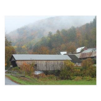 Lluvia del otoño del puente cubierto del molino de tarjeta postal