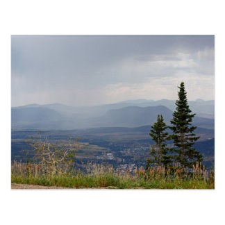 Lluvia del verano en la postal de las montañas
